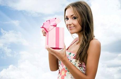 девушка с розовой коробкой