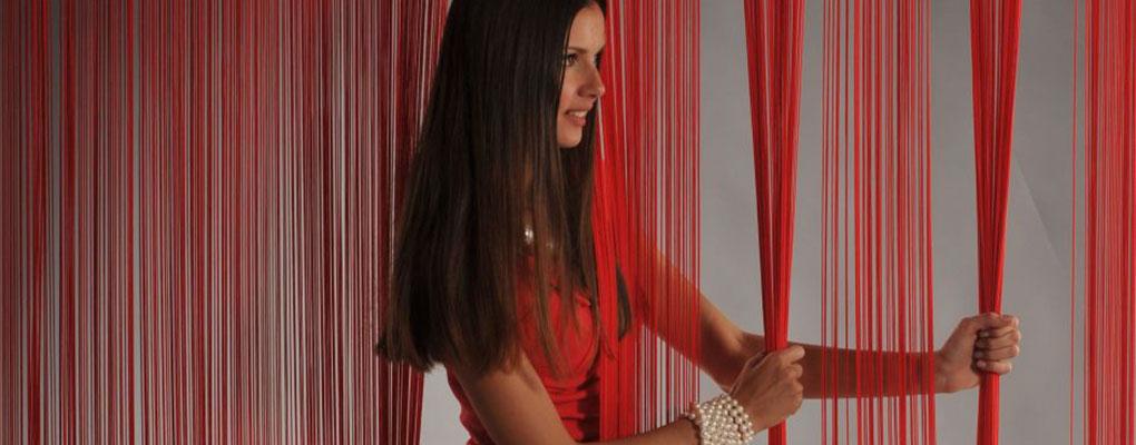 девушка с ни тяными красными шторами