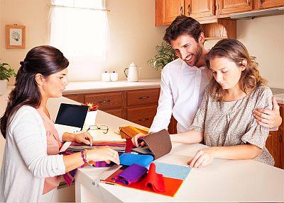 семья у дизайнера выбирает ткань