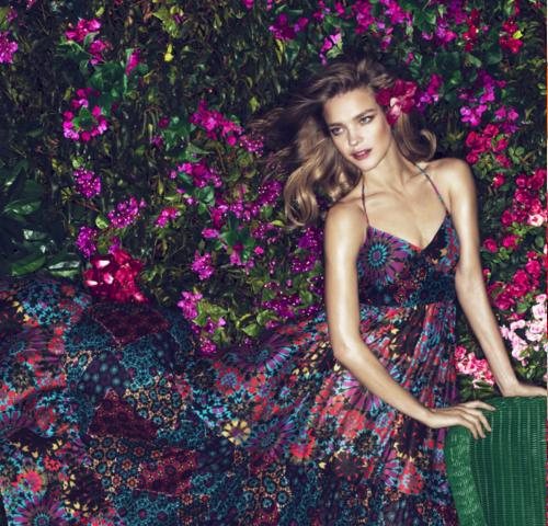 Женщина в цветочном платье