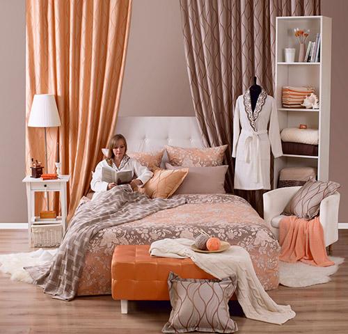 женщина на кровати сидит читает